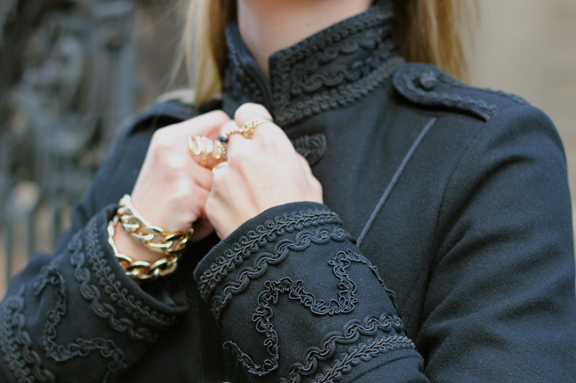 schwarzer Offiziersmantel, black military coat, Wintermantel, winter coat, schwarze Fransentasche, schwarze Wildlederstiefel, black suede leather boots