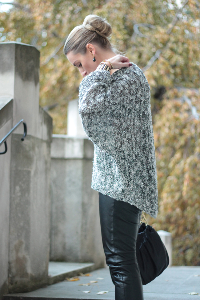 knitted sequin high-low oversize pullover, gestrickter high-low Oversize-Pullover mit Pailletten, schwarze Lederröhre, Lederhose, black leather pants, bun, Dutt, Goldschmuck, golden jewelry, Nieten, schwarze Pumps