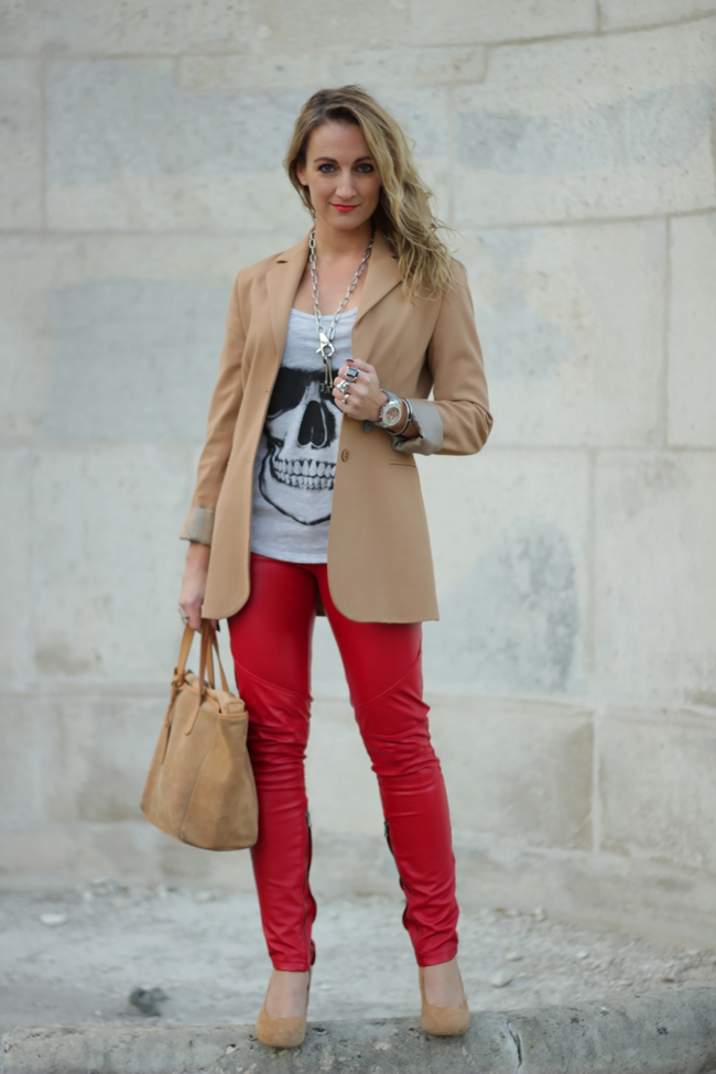rote Lederhose, red leather pants, Lederröhre, beige Blazer, camel blazer, beige jacket, suede leather, graues Totenkopfshirt, grey skull shirt, silberne Gliederkette, silver chain necklace, black ring, red lips, rote Lippen, lady in red