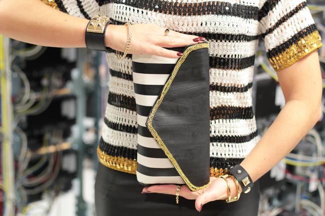 leather allover, Komplettlook Leder, Lederbleistiftrock, leather pencil skirt, leather skirt, Lederrock, Lederjacke, leather jacket, Paillettentop, sequined top, striped shirt, Streifenshirt, schwarz-weiße clutch, Goldschmuck, golden jewelry, tone in tone