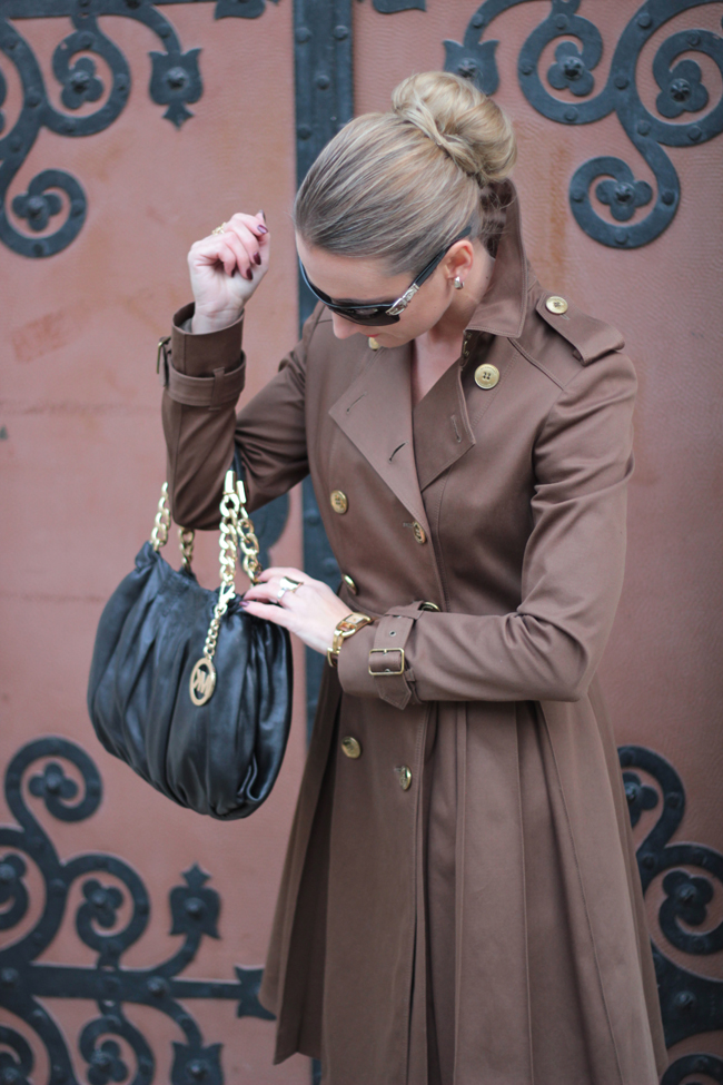 brauner trenchcoat, Mantelkleid, Offiziersmantel, military, Goldknöpfe, golden buttons, bun
