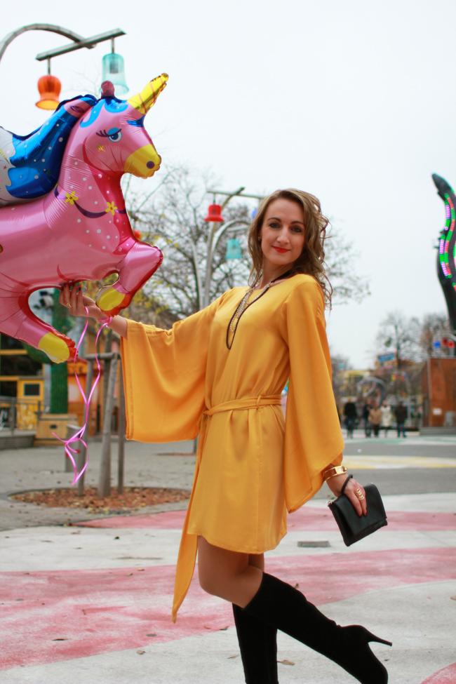 safrangelb, safran, Wiener Prater, seventies dress, 70er Kleid, satin, Goldschmuck, golden jewelry, Wildlederstiefel schwarz, black suede leather boots, Einhorn, unicorn
