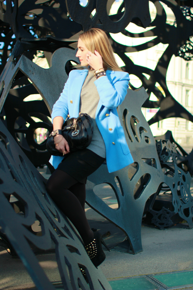 Pastellfarben Winter, frozen pastel, Jacke hellblau, light blue jacket, sky blue blazer, Nietenpumps, studded pumps, studded bracelets, Nietenarmband