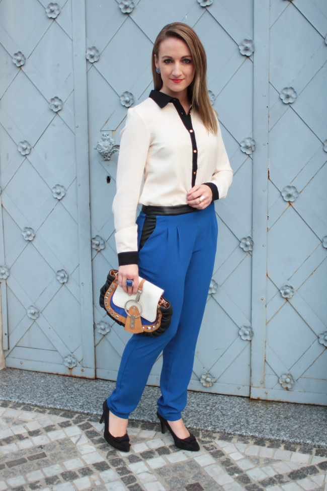 saphirblau, blaue Hose, blue pants, sapphire blue, Dandy, schwarz-weiße Bluse, black & white blouse, saddle bag, schwarze Pumps, black high heels, Edelsteinfarben, jewel colors