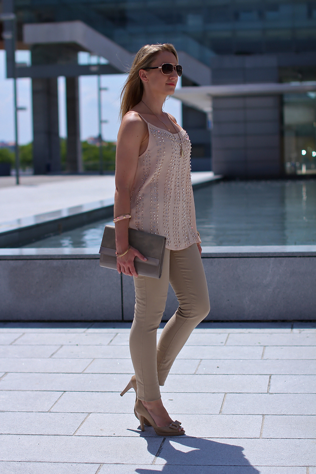 beige tight pants & nude clutch - H&M / sequined tank top - Mango / nude peep toes - Tardi's / aviator sunglasses - New Yorker / necklace - vintage / golden studded bracelets - H&M, Forever 21, Dubai gold souk / collected by Katja / collectedbykatja / The Great Gatsby / Modeblog Österreich / Austrian fashion blog