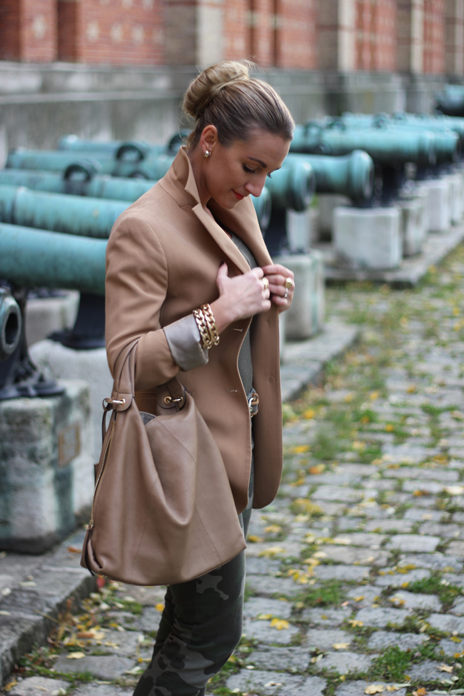 beiger Blazer, army pants, Goldschmuck, golden jewelry, olivgrün, Dutt, bun
