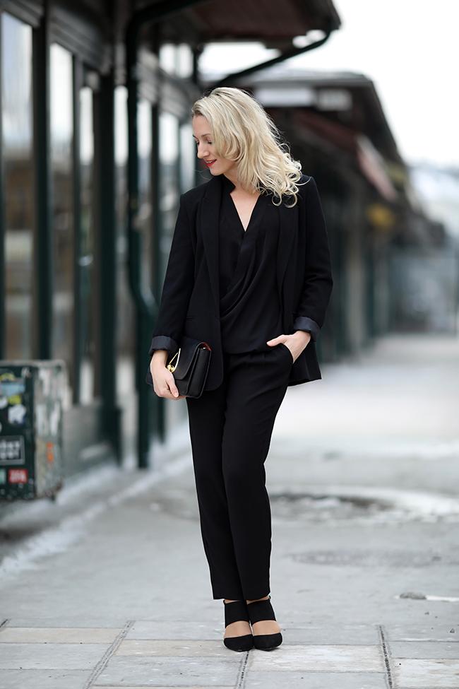 Business Outfit Frau: Karottenhose Mango, Blazer Zara, Bluse Forever 21, cut out high heels Deichmann, Tasche Kenzo