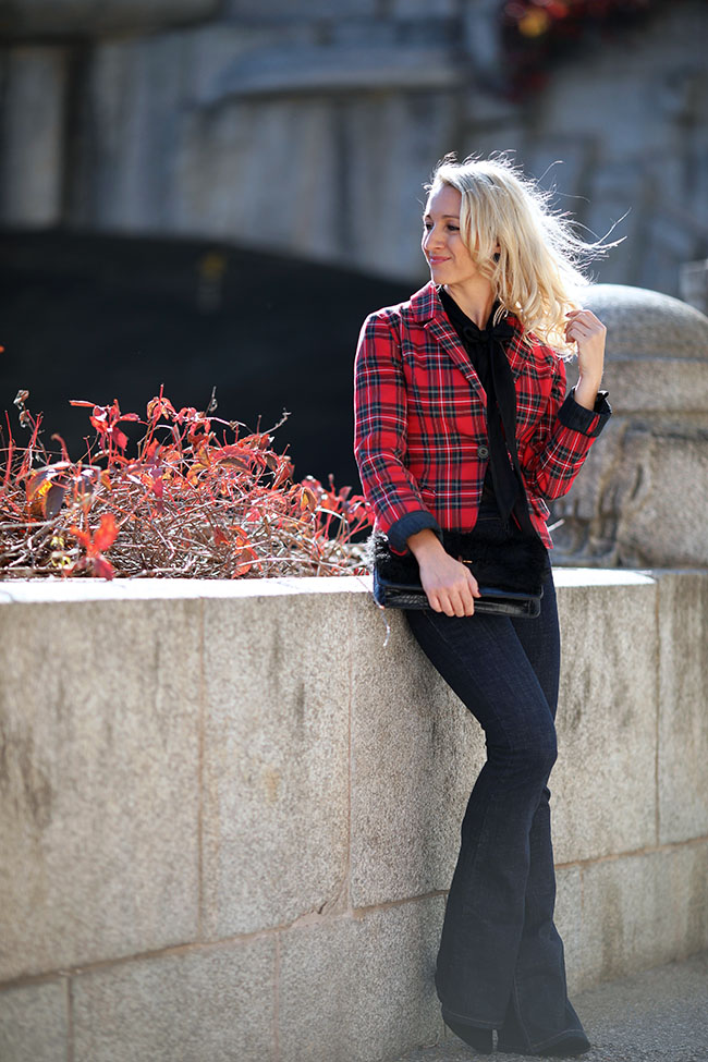 collected by Katja, Schuhtrends Herbst/Winter 2018, Sockboots, Streetstyle Sockboots, Outfit flared jeans, Outfit Karozblazer, Ü40 Blog, Outfit Büro, Modeblog Österreich, Lifestyle blog Österreich
