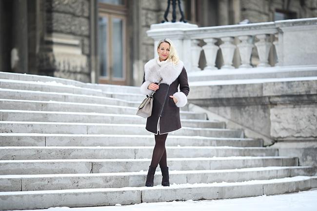 collected by Katja, Modeblog Österreich, Austrian fashion blog, Ü40 blog, Ü40 style, Lammfellmantel, Toskana Lammfell, Merino Lammfell, sheepskin coat, shearling coat, Strickkleid Winter, Calvin Klein boots, Mantel braun Outfit, Aigner Tasche beige