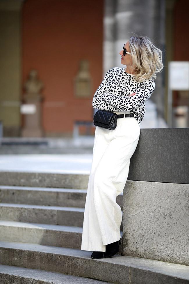 collected by Katja, lifestyle blog, Modeblog Österreich, fashion blog Austria, Modetrends 2019, Business Outfit Modetrends, Outfit Büro Trends 2019, animal prints, Leomuster, paperbag Hose Styling, schwarz wejß Outfit, Gürteltasche