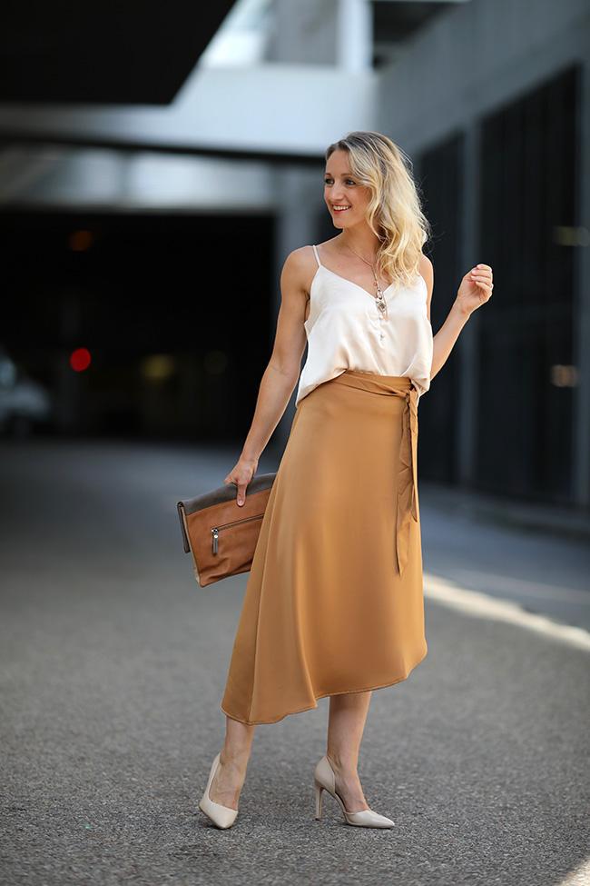 collected by Katja, Sommer Trend Satin, Outfit Satin, Midirock Satin, Styling Satin, Modeblog Österreich, fashion blog, Ü40 Blog, Ü40 Mode, lifestyle blog