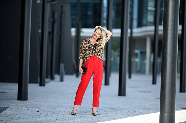 collected by Katja, fashion blog Austria, Modeblog Österreich, Ü40 Blog, Ü40 Outfit, Trend Animal Print, Outfit Animal Print, Outfit Leopardenmuster, wie style ich Leopardenmuster, elegant Styling Animal Print, paperbag Hose rot, High heels Leo