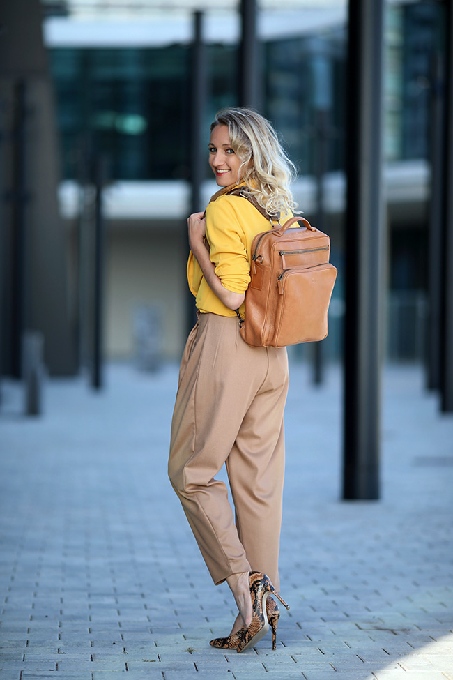 collected by Katja, Modeblog Österreich, Ü40 Outfit, fashion over 40, Leder Rucksack, backpack leather, Maxwell Scott, Outfit Rucksack, Business Outfit Rucksack, senfgelb Outfit, Herbst Outfit