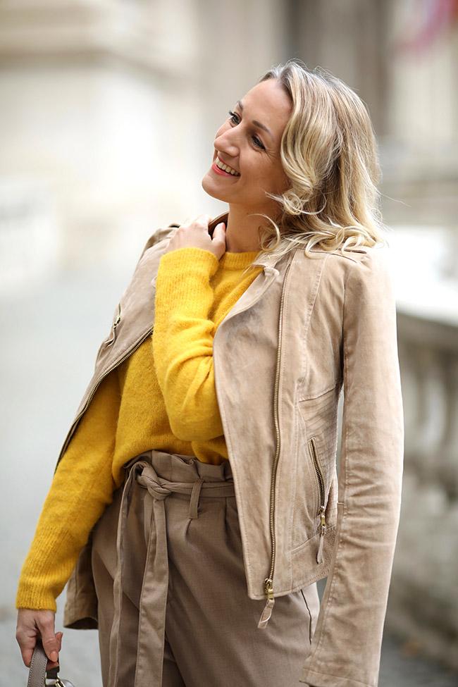 collected by Katja, Outfit Trend Herbst Senfgelb, Mustard Yellow, Trendfarbe Senfgelb, Styling Senfgelb, Outfit Senfgelb, fashion over 40, Ü 40 Blog, Ü 40 Mode, Modeblog Österreich, lifestyle blog Austria, Aigner Handtasche, nude high heels