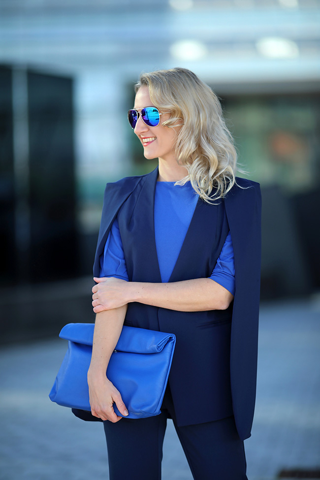 collected by Katja, Modetrends 2020, fashion trends 2020, Pantone Farbe 2020, Pantone classic blue, Outfit classic blue, monochromes Outfit blau, cape blazer Styling, blaue high heels Outfit, Ü 40 Blog, Ü 40 Mode, fashion over 40, Modeblog Österreich