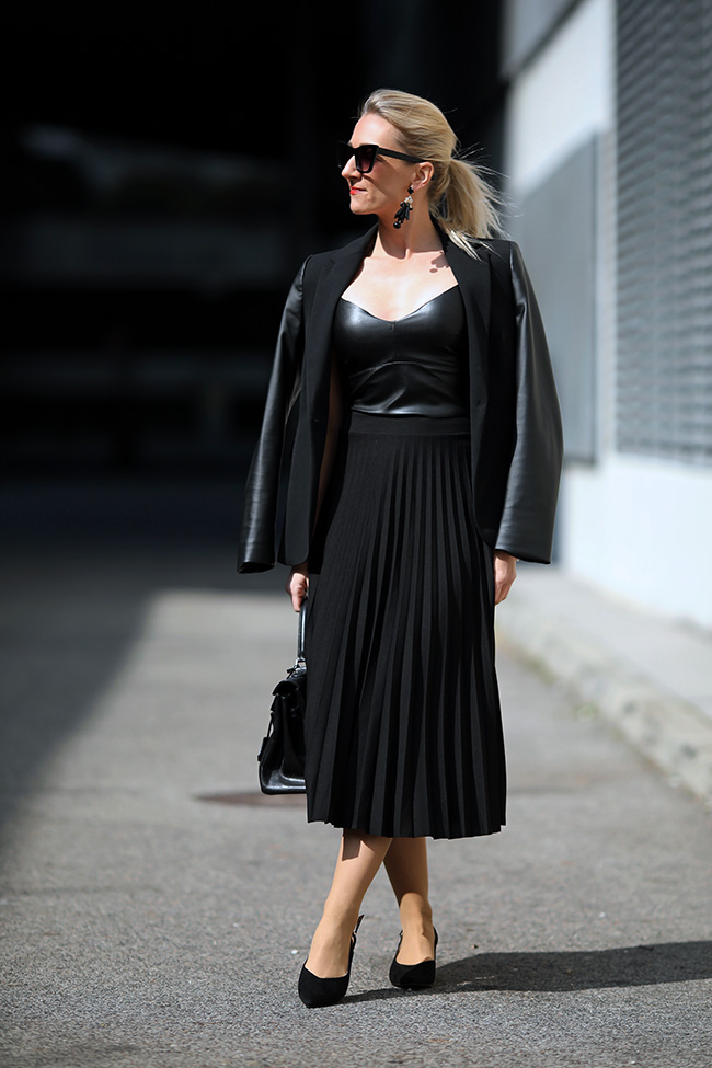 collected by Katja, Plisseerock Styling, Outfit Midirock, plaited skirt outfit, Plisseerock cool, Modetrends 2020, Bloggerstyle Plisseerock, Mules Styling, Mules Outfit, over 40 blogger, fashion over 40, Modeblog Österreich, fashion blog Austria