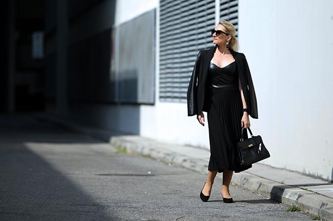 collected by Katja, Plisseerock Styling, Outfit Midirock, plaited skirt outfit, Plisseerock cool, Modetrends 2020, Bloggerstyle Plisseerock, Mules Styling, Mules Outfit, over 40 blogger, fashion over 40, Modeblog Österreich, fashion blog Austria
